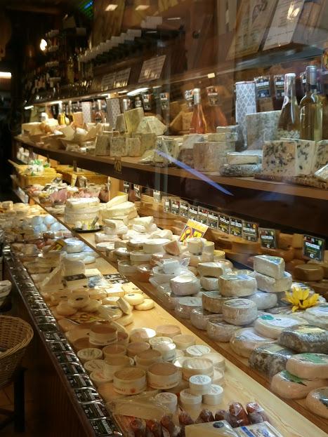 Etalage de fromages dans une boutique de Cannes